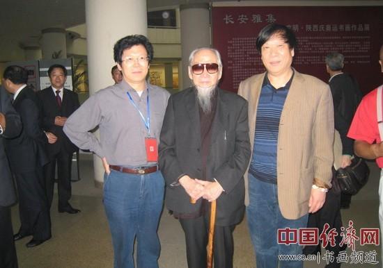 著名国学大师文怀沙(中)与著名书画家朱伯芳(左)