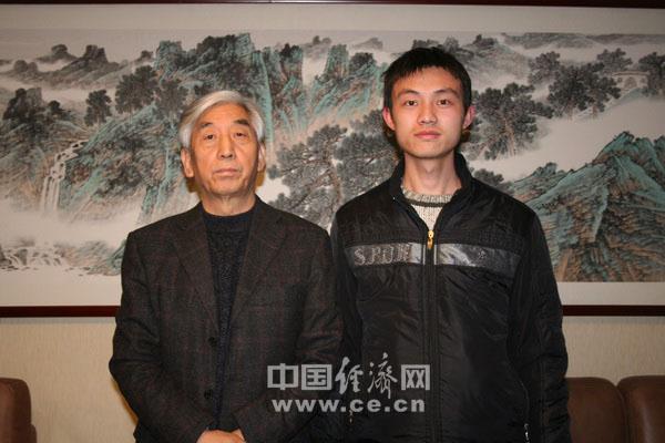 中国书法家协会主席张海(左) 记者李冬阳(右)