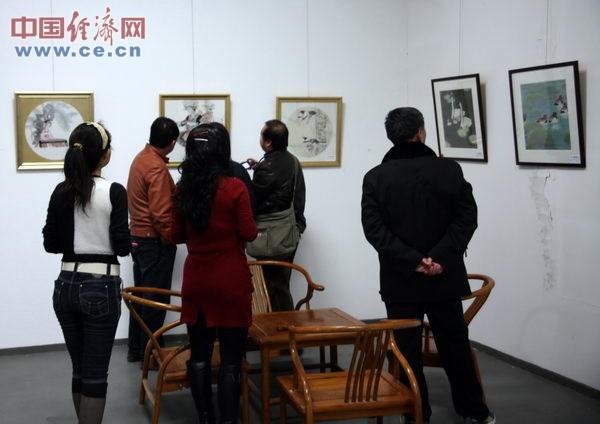 书画爱好者在现场参观