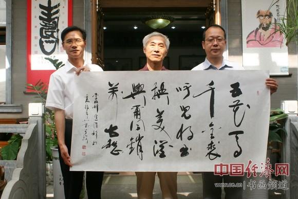 书法大家于瑛(中)赠送书法并与纪晓岚纪念馆馆长李新永(右)合影