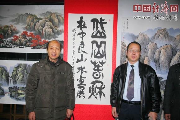 著名书法家、纪晓岚纪念馆馆长李新永(右)写书法祝贺著名国画家杜中良(左)画展举办 中国经济网记者李冬阳摄