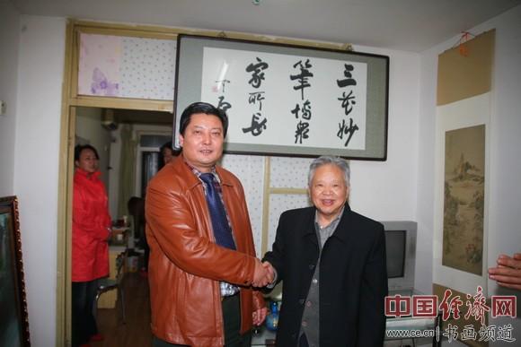 国画大师姚治华(右)和中国周易风水策划研究院院长张宝志(左)探讨书画艺术和周易文化 中国经济网记者李冬阳摄